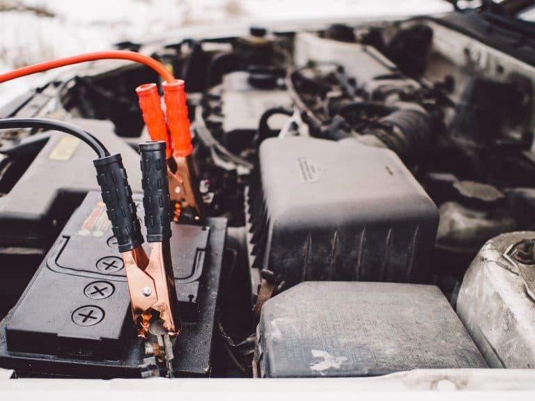 Cómo arrancar un coche con pinzas