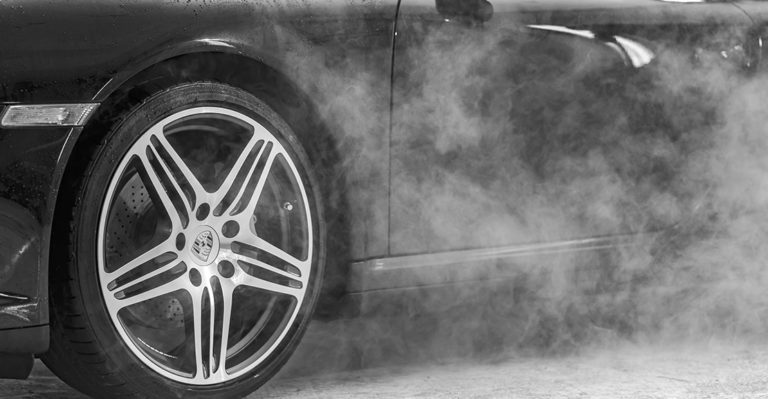 ¿Tu coche echa humo blanco al arrancar? Descubre los posibles motivos